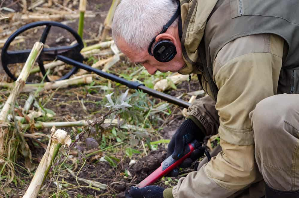 Using a pinpointer metal detector